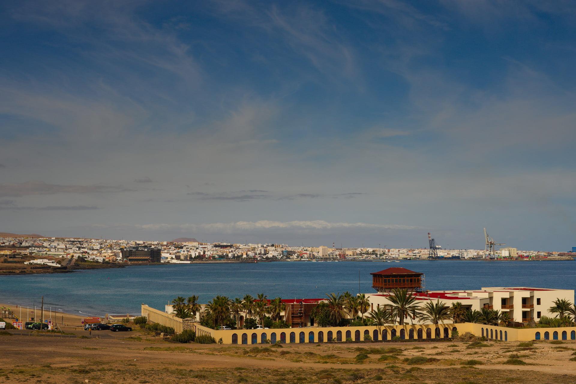 The old Parador Hotel and Puerto del Rosario